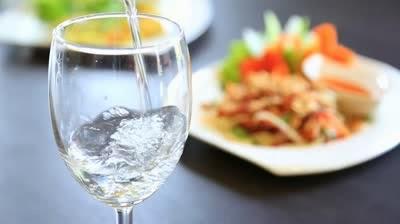 Bem apă în timpul mesei?